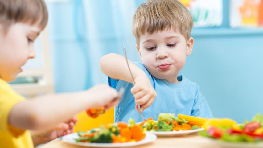 Làm gì khi trẻ mải chơi không chịu ăn
